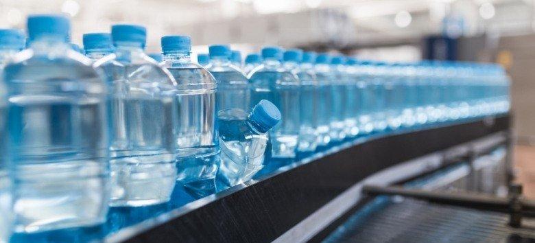 Produtos químicos perigosos (PFAS) são encontrados em garrafas de água nos EUA